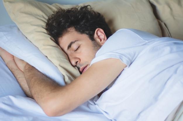 ベッドで寝ている男