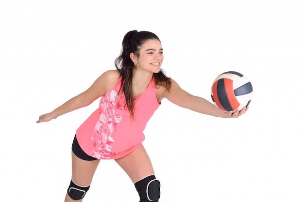 ボールを打つ女性バレーボール選手。