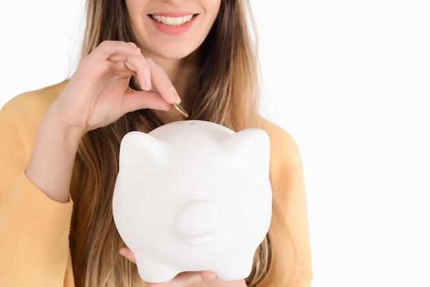 貯金を持つ若い女