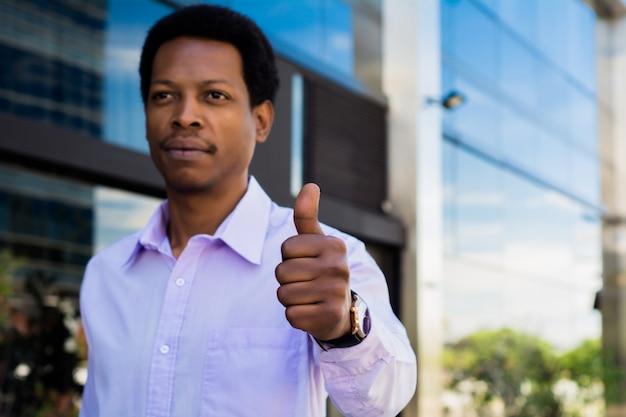 親指をあきらめて青年実業家。