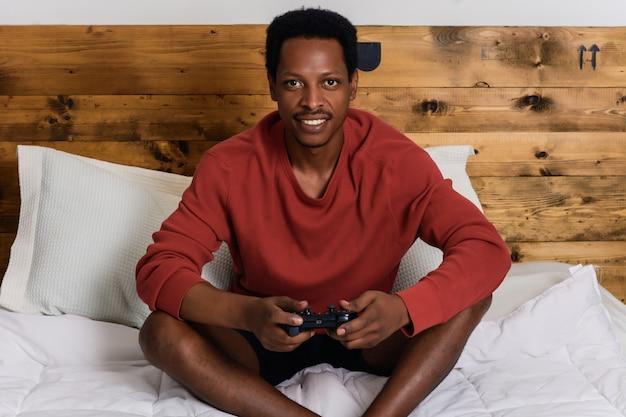 男が楽しんでゲームをプレイ
