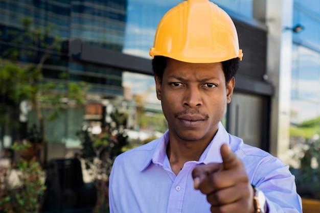 ハード帽子でアフロアメリカン建築家の肖像画