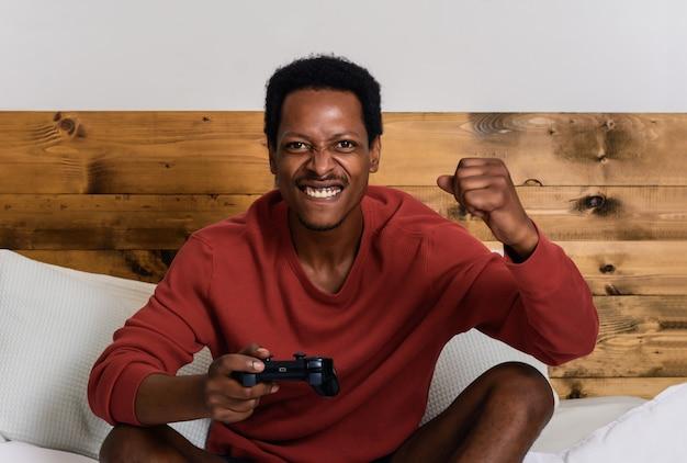 若い男が楽しんでゲームをプレイ