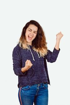 げんこつを持つ若い女性が拳を叫んではい。