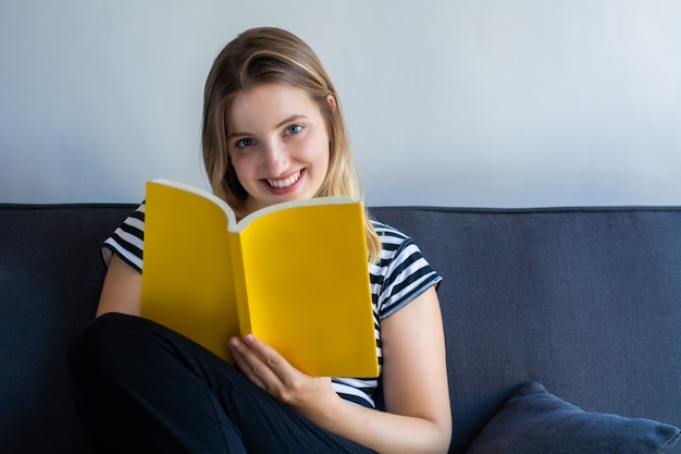 女性の家で本を読んで
