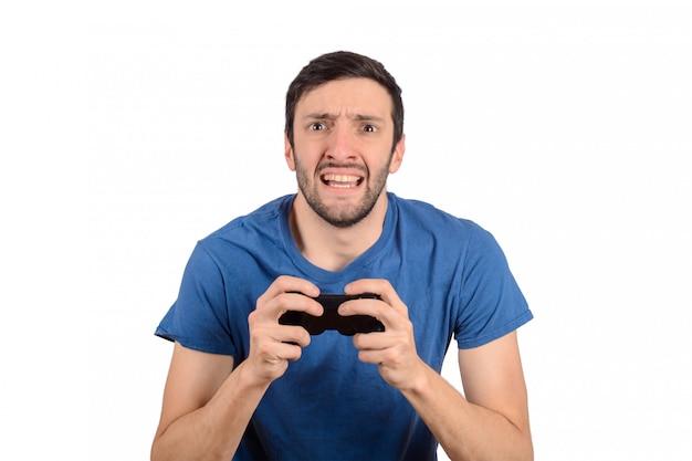 男はビデオゲームをプレイします。