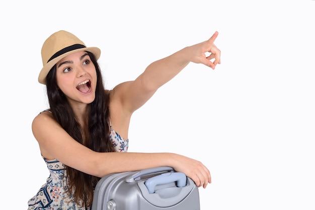 スーツケースを持つ若い観光客の女性。