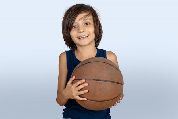 Маленький мальчик с баскетбольный мяч.