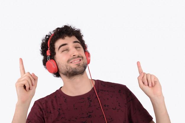 ヘッドフォンを持つ面白い若者