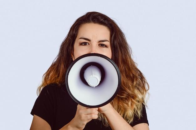 メガホンで叫んでいる若い女性