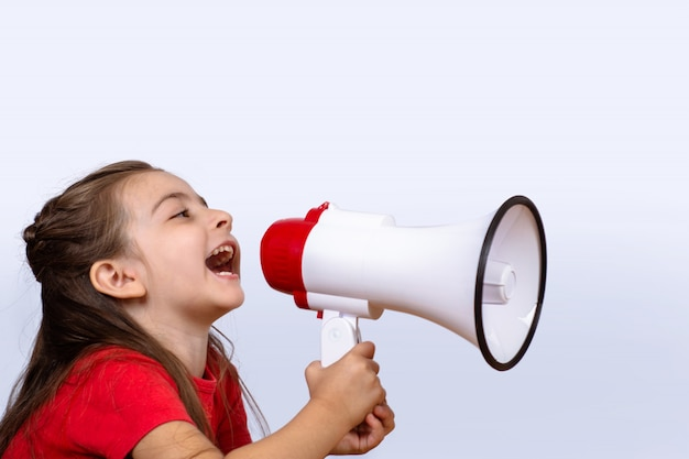 メガホンで叫んでいる小さな女の子。