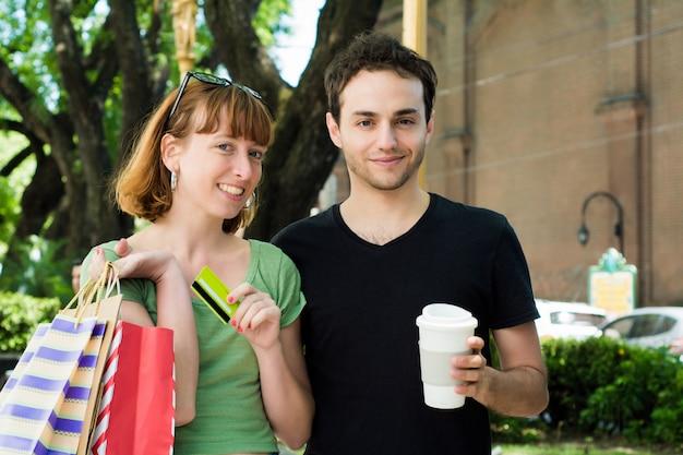 通りを歩いて買い物袋をカップルします。