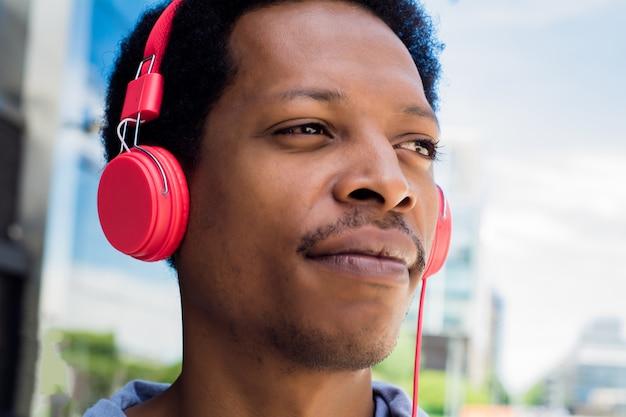 屋外の音楽を楽しむ若い男。