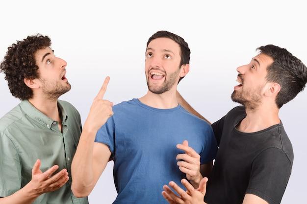 Группа друзей в шоке, указывая.