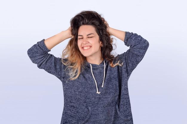 彼女の髪を振るラテン女性