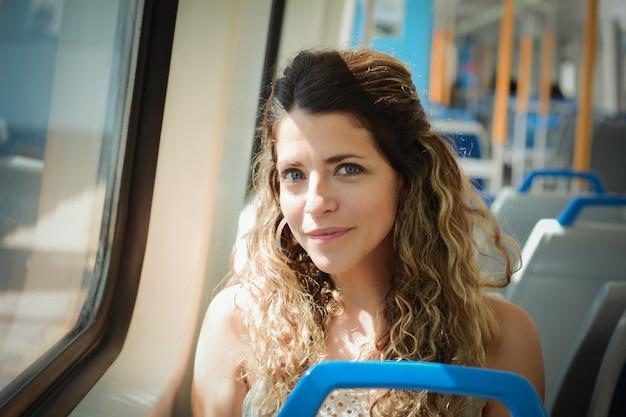電車で旅行する若い女性。人々のライフスタイル。
