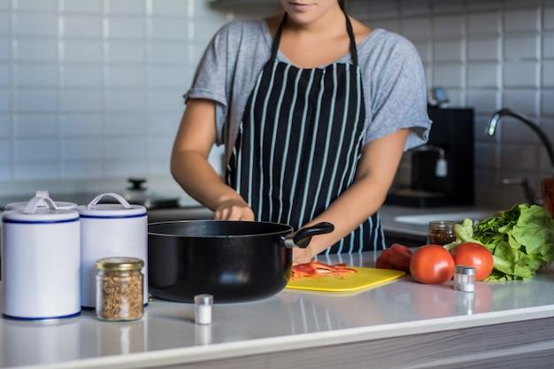 キッチンで料理の女性