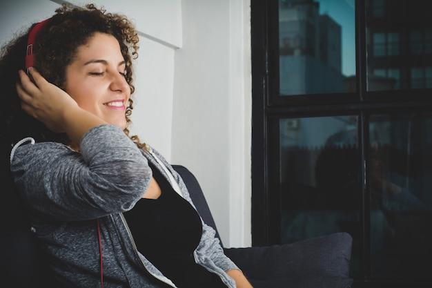 ヘッドフォンで音楽を聴く女性の肖像画