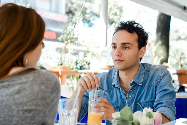 日付のコーヒーショップで若い魅力的なカップル