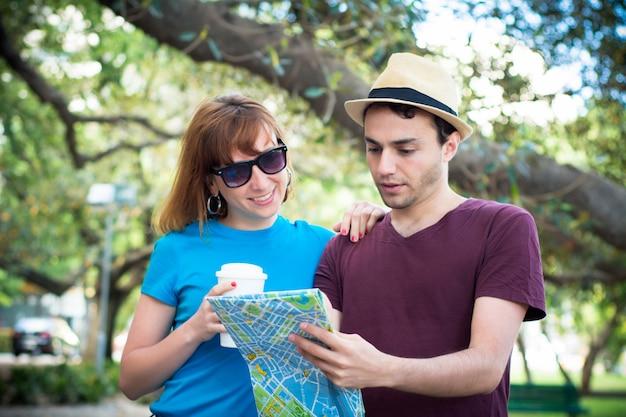 Пара, держа в руках карту и путешествовать вместе.