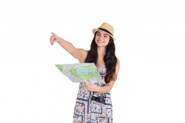 Молодая туристская женщина, глядя на карту