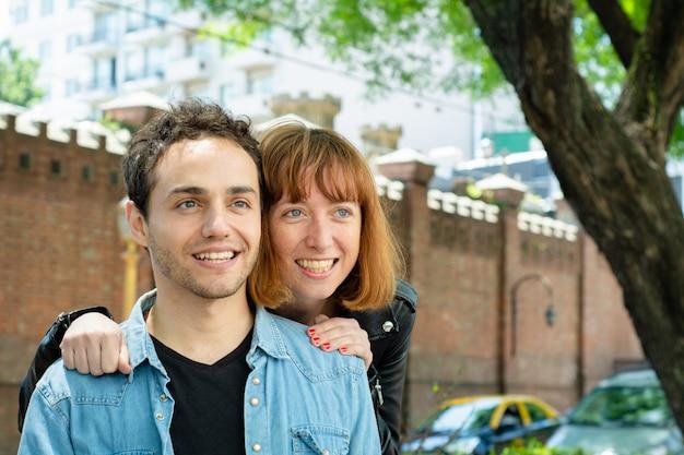 屋外の愛の幸せなカップル