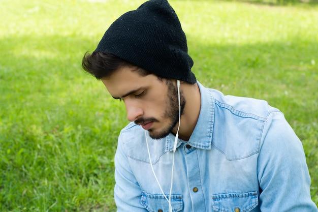 イヤホンで音楽を聴く若い男