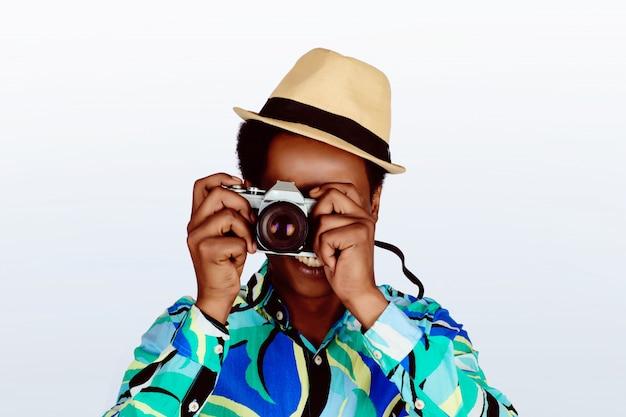 カメラで写真を撮る観光客男