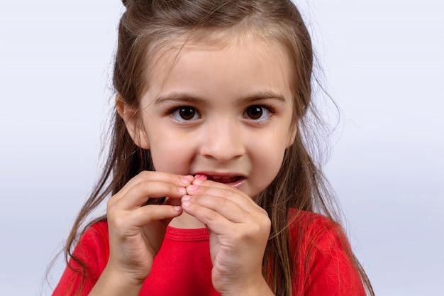 甘いお菓子を食べる少女。