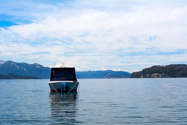 穏やかな湖の水でセーリングボート。
