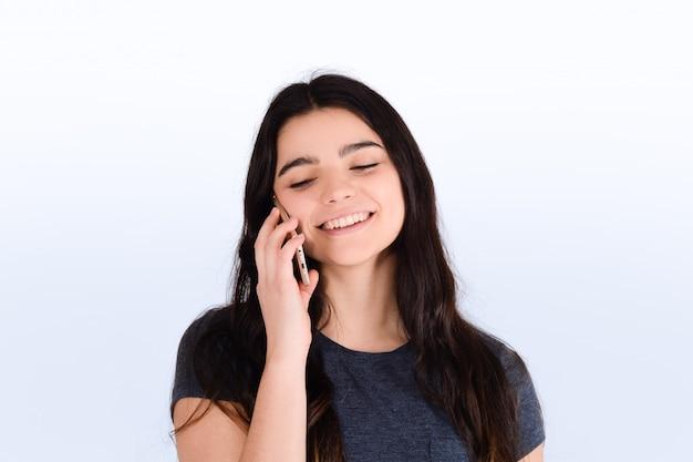 Женщина разговаривает по телефону.