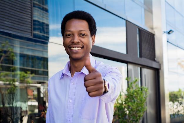 親指をあきらめる青年実業家。