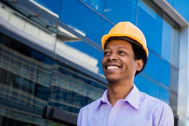 ハード帽子のアフロアメリカン建築家の肖像画