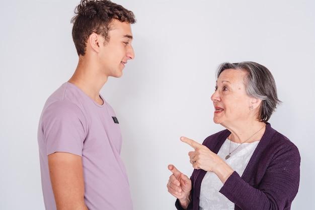 Бабушка с внуком-подростком.