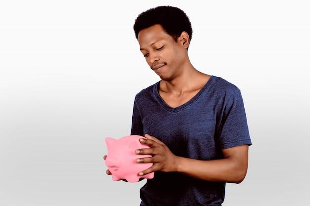 貯金箱と若い男