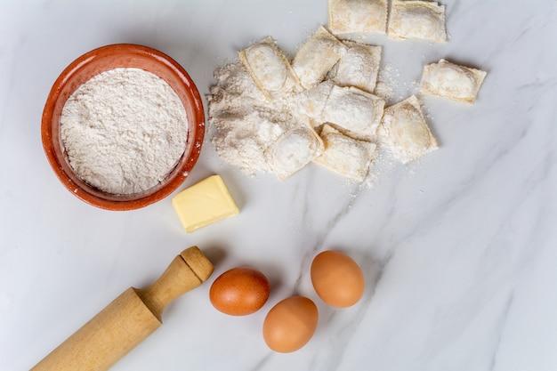 キッチンツール、卵、小麦粉、バター。