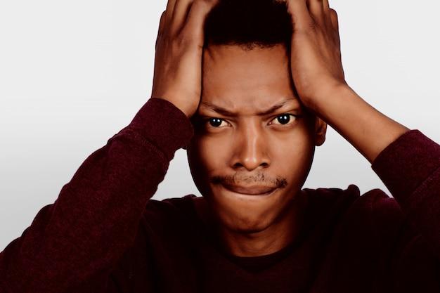 ショックを受けたアフロアメリカ人の肖像画。
