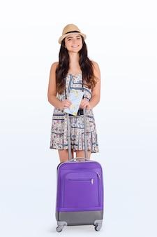 Молодая туристическая женщина с чемоданом.