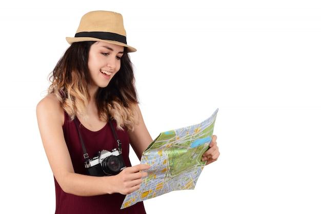 Молодой турист женщина смотрит на карту.