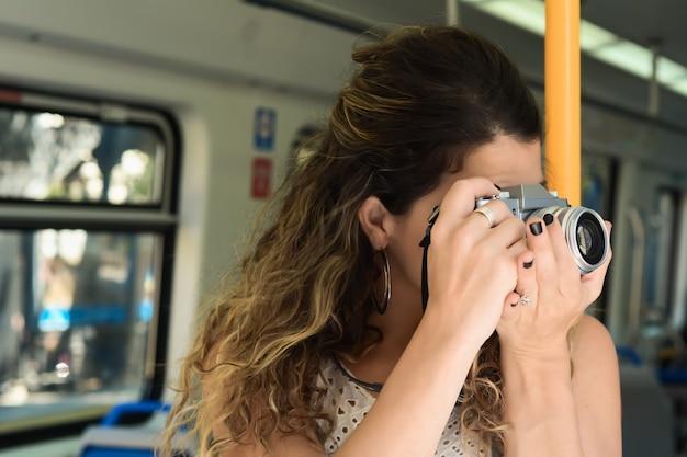 Молодая женщина, путешествуя на поезде. образ жизни людей.