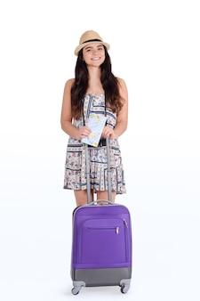 スーツケースを持つ若い観光客女性