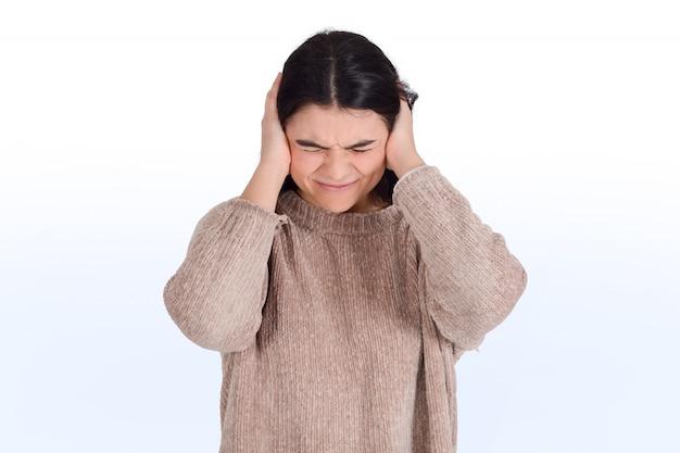 欲求不満な女が彼女の耳を覆う
