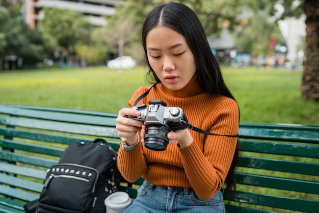 プロのカメラを使用してアジアの女性。