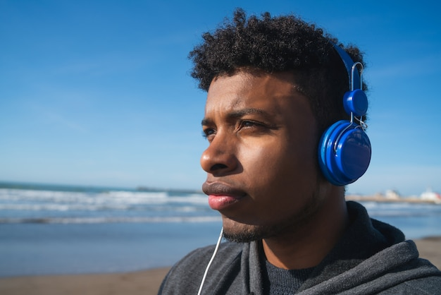音楽を聴く運動の男。