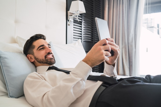 彼のデジタルタブレットを使用するビジネスマン。