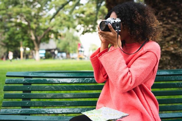 Афро-американская женщина, глядя на карту.