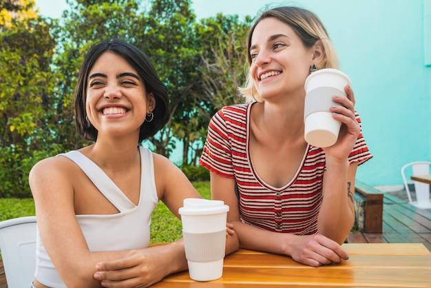 コーヒーショップでデートをして愛するレズビアンカップル。