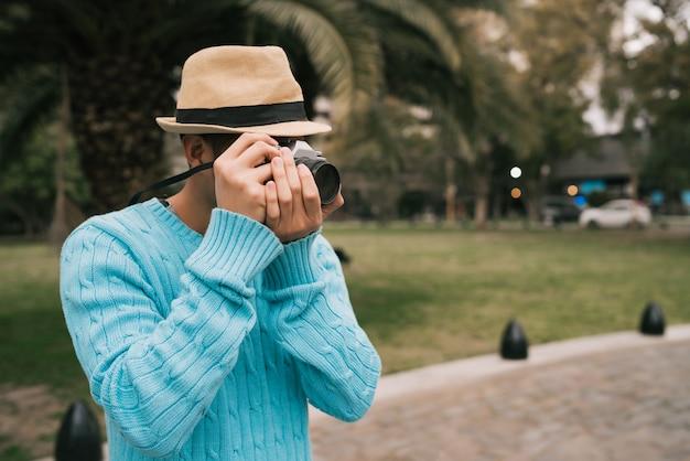 ビンテージカメラでアジアの観光客。