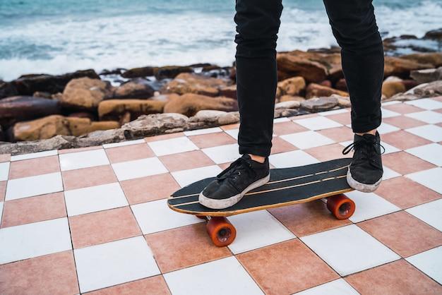 スケートボードで練習する男。