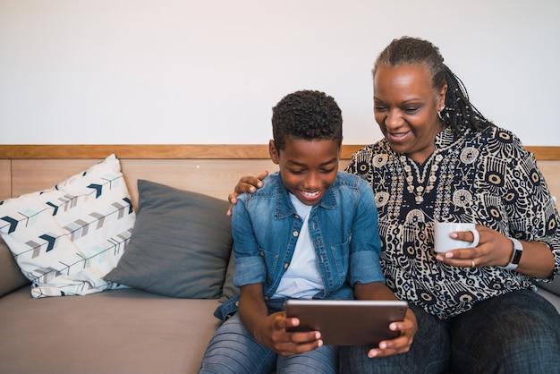 Бабушка и внук, принимая селфи с планшета.